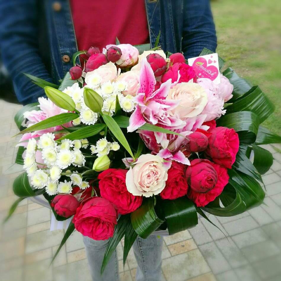 Букет из пионовидной розы, пионов, лилии и хризантем