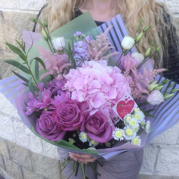 Нежный букет из роз и гортензии