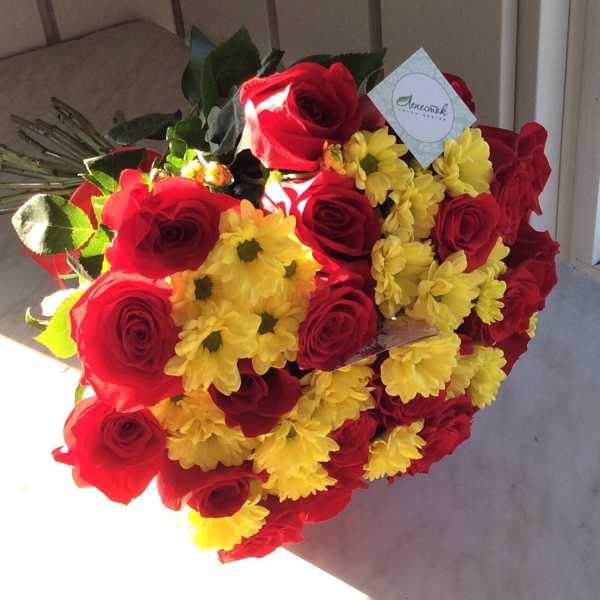 Букет из 21 розы и 5 хризантем