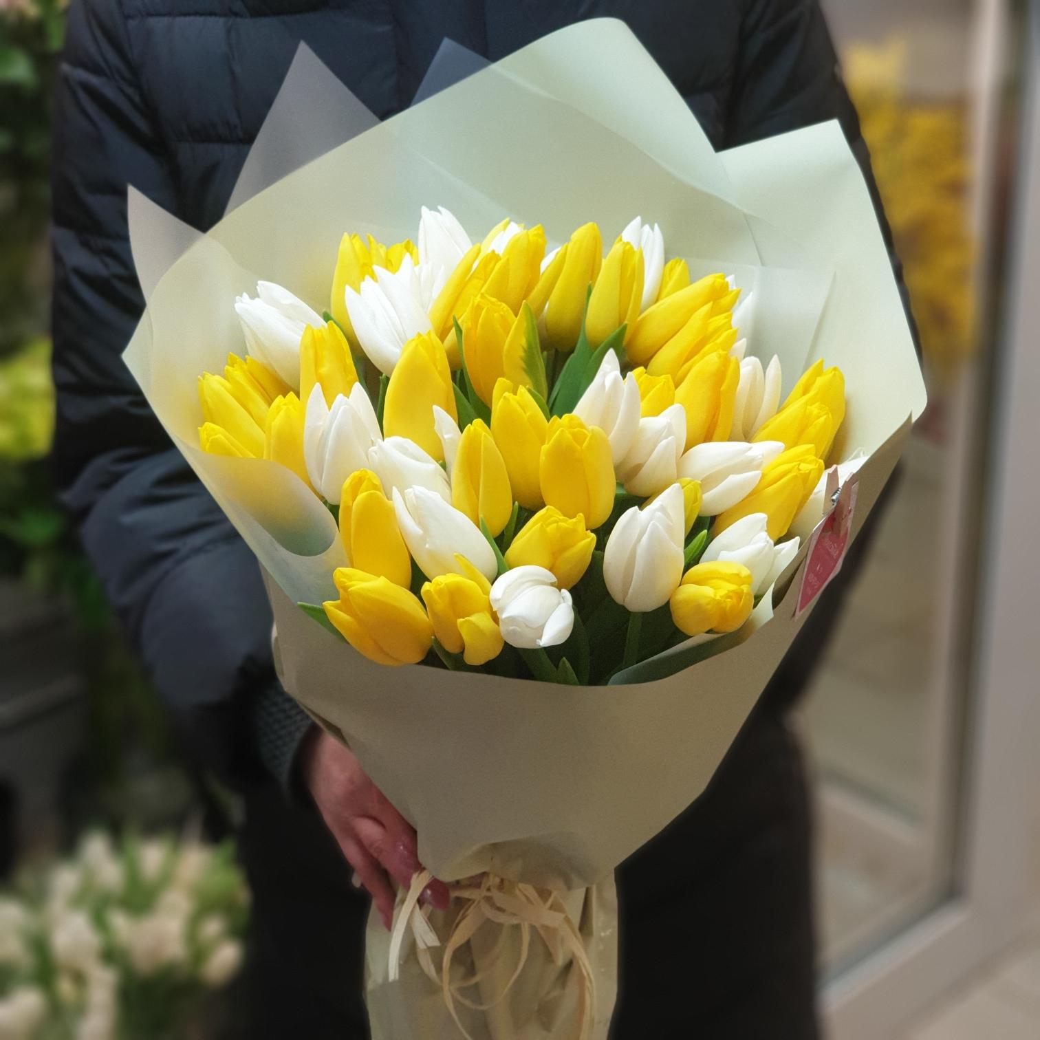 Букет из 51 тюльпана жёлтого и белого цвета
