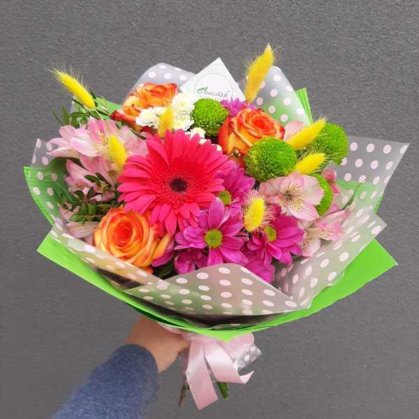 Яркий букет с герберой и хризантемами