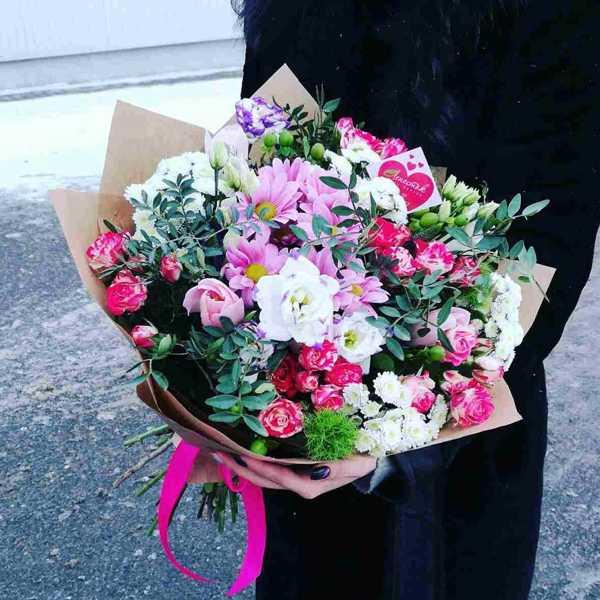 Сборный букет из кустовой розы, хризантем, тюльпанов и зелени