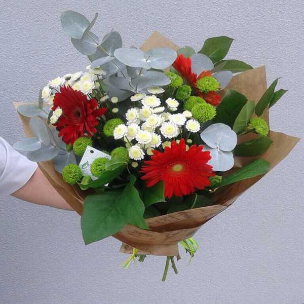 Сборный букет в крафт бумаге из гербер, хризантем и зелени