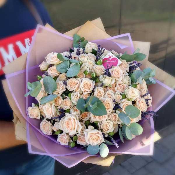 Букет из кустовой розы Жустин, лаванды и эвкалипта