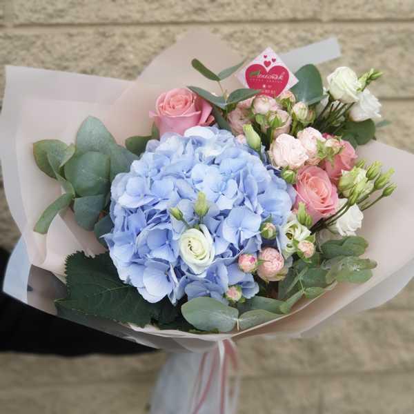 Букет из голубой гортензии, эустомы, кустовой и одноголовой розы