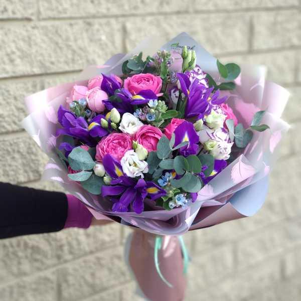 Букет из ирисов, пионовидной розы, эустомы