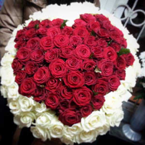 101 роза с красным сердцем