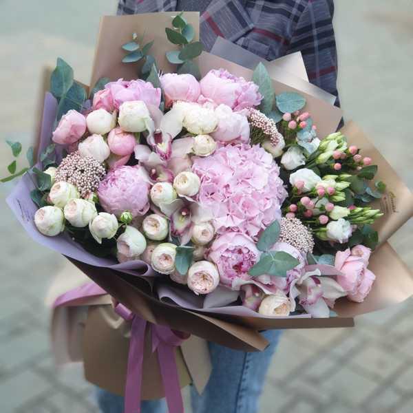 Букет из гортензии, пионов, пионовидных роз