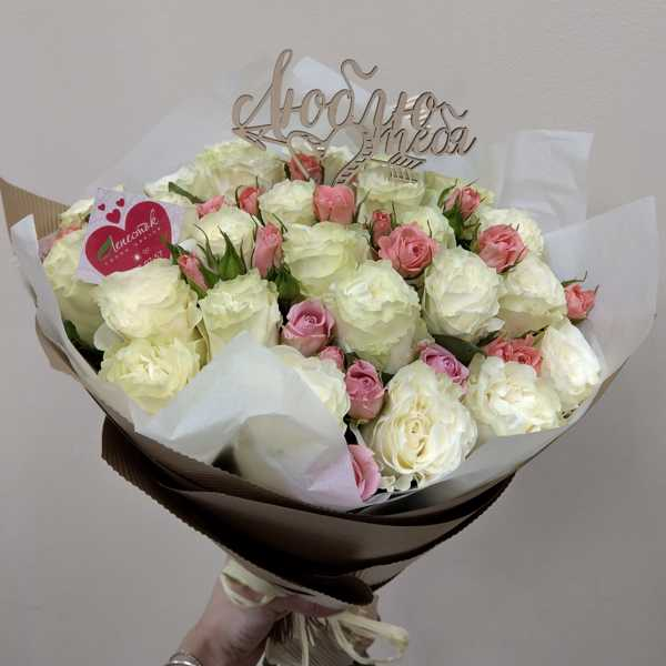 Букетик из 25 белых роз вперемешку с кустовыми