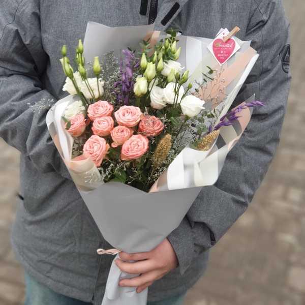 Букетик из кустовой розы капучино, эустомы и зелени