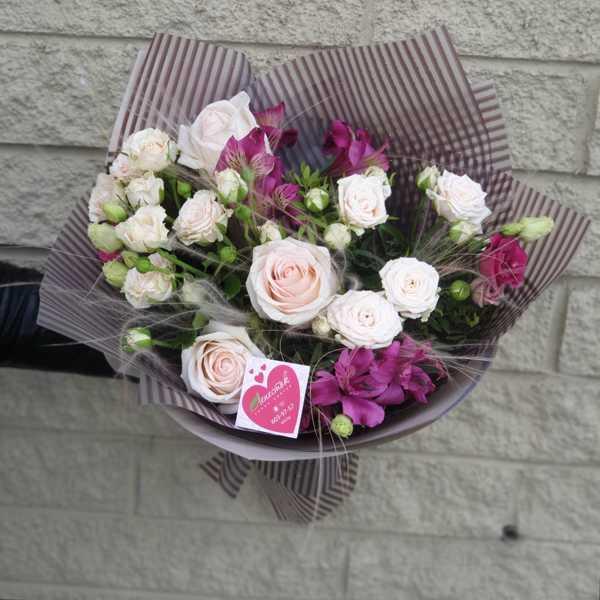 Букет из кустовой розы, альстромерии, эустомы