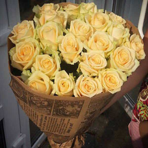 21 роза Пич Аваланш в крафт бумаге