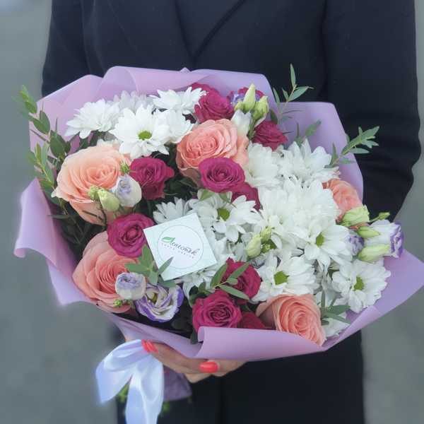 Букет из хризантем, кустовых роз, эустомы