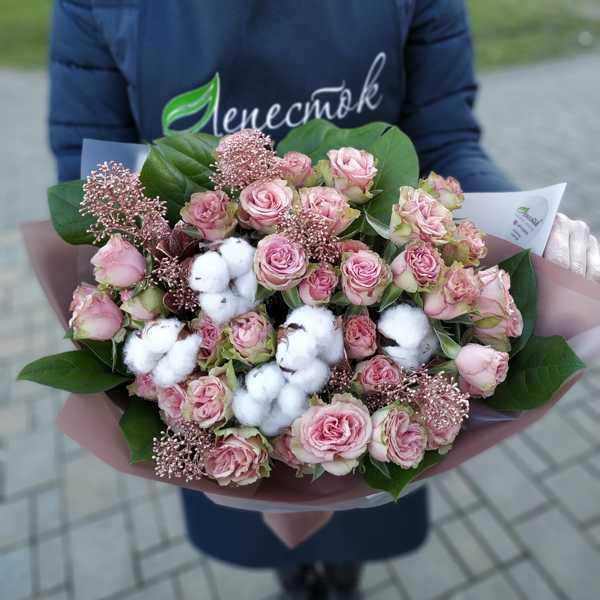Букет из скимии, кустовых роз и хлопка