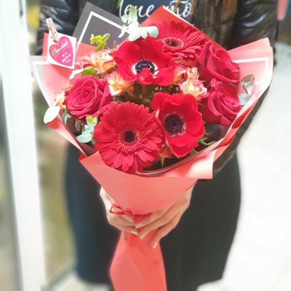 Букет из красных анемонов, герберы и розы