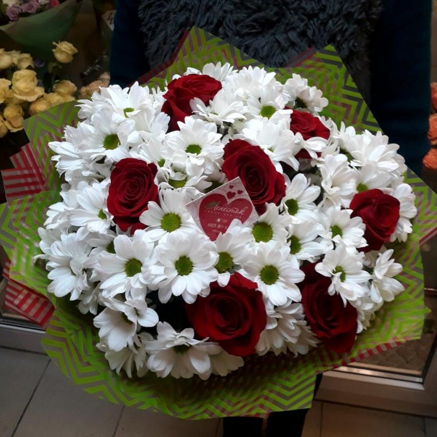 Большой букет из хризантем и роз