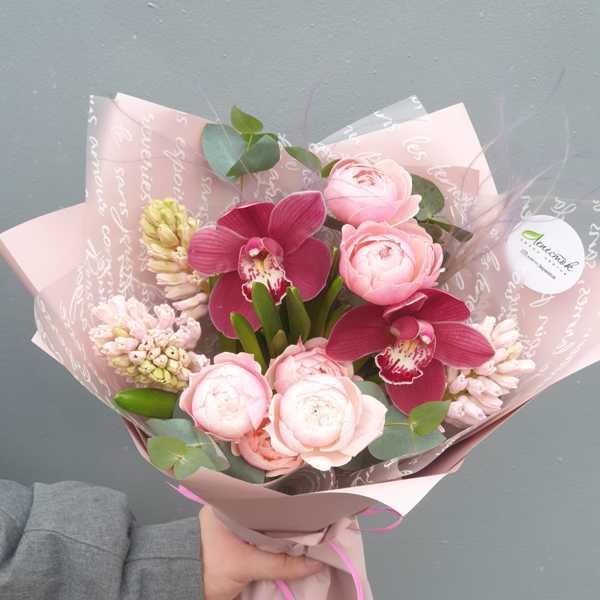Букетик из гиацинтов, пионовидных роз и орхидеи цимбидиум