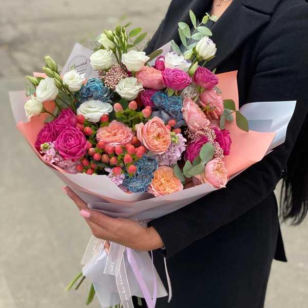Букет из пионовидных роз, гвоздики Nevi и маттиол