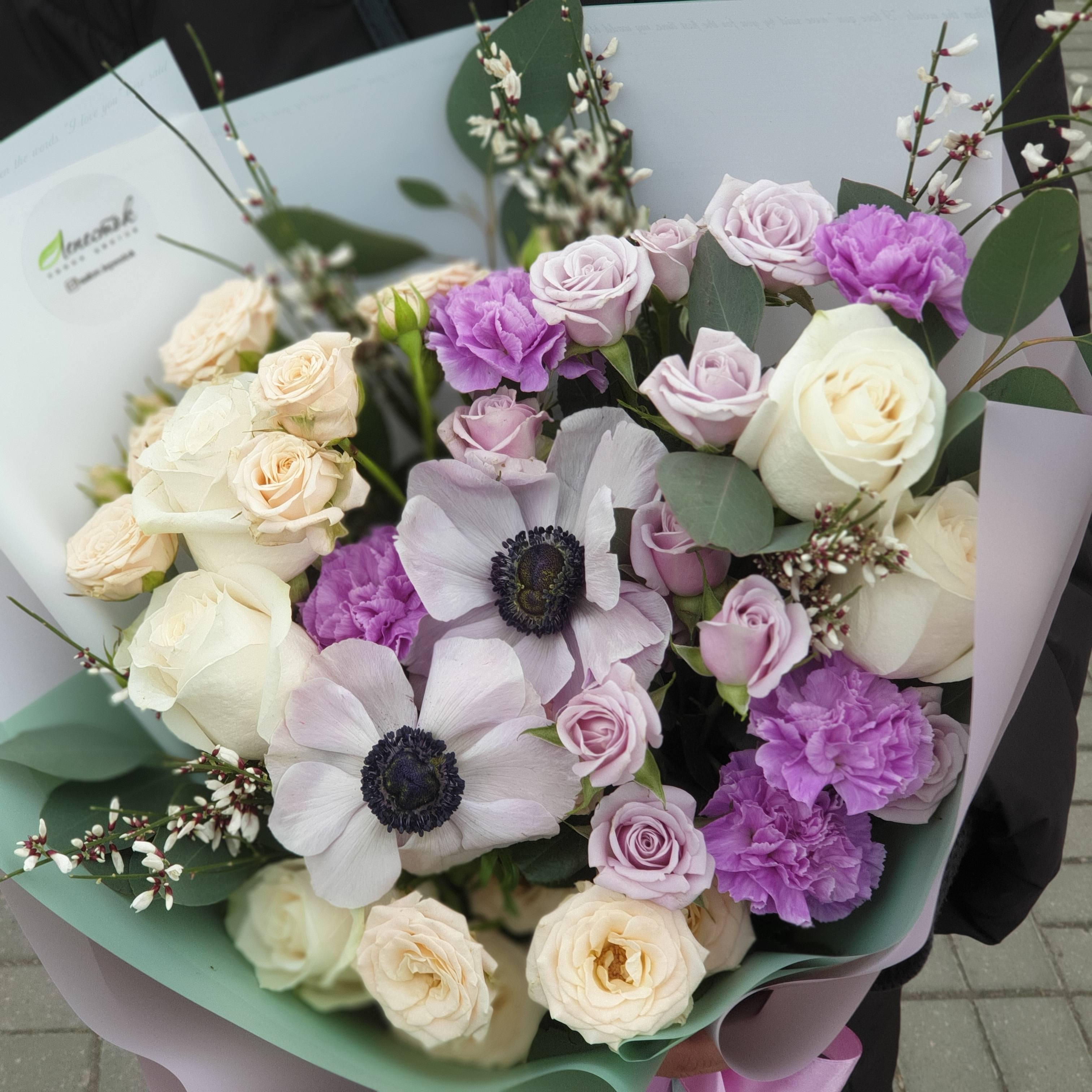 Букет из анемонов, кустовой розы и сортовой гвоздики