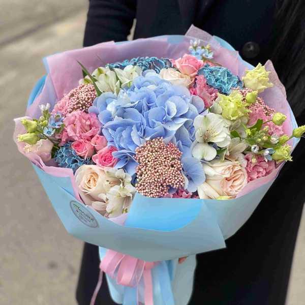 Букет из гортензии, оксипеталума, пионовидной розы Ohara