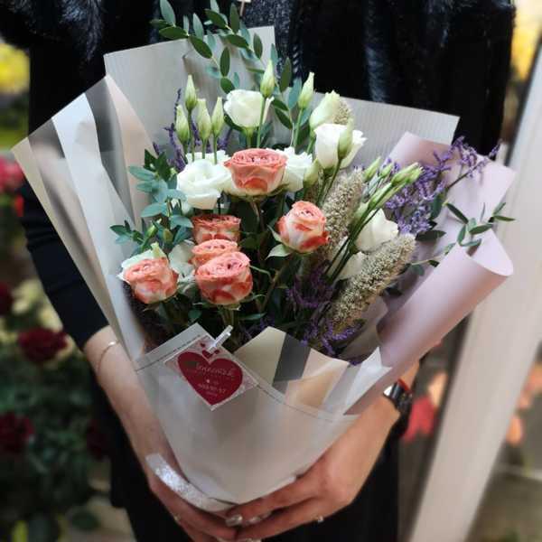 Букет из кустовой розы капучино и эустомы