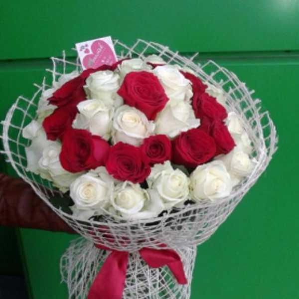 Букетик из 35 роз в мешковине