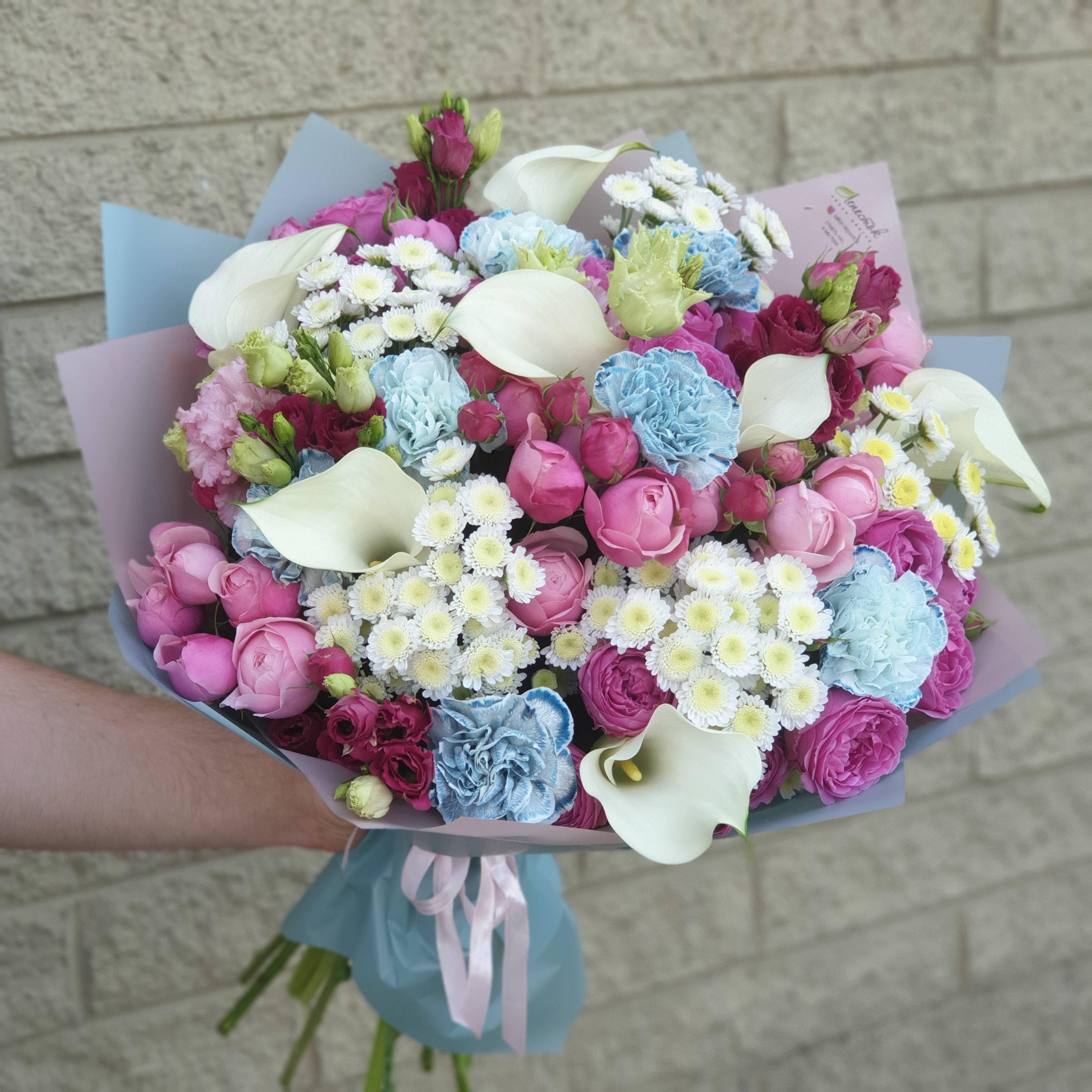 Грациозный букет из калл, пионовидных роз и гвоздики Блэк Молли