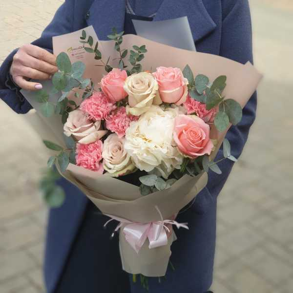 Букет из пиона, розовых гвоздик и роз