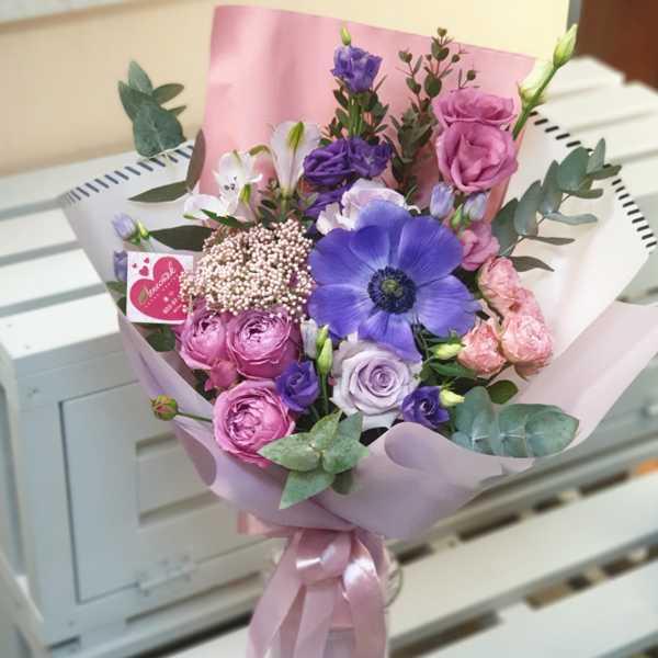 Букет из анемонов, эустомы и пионовидной розы Жизель