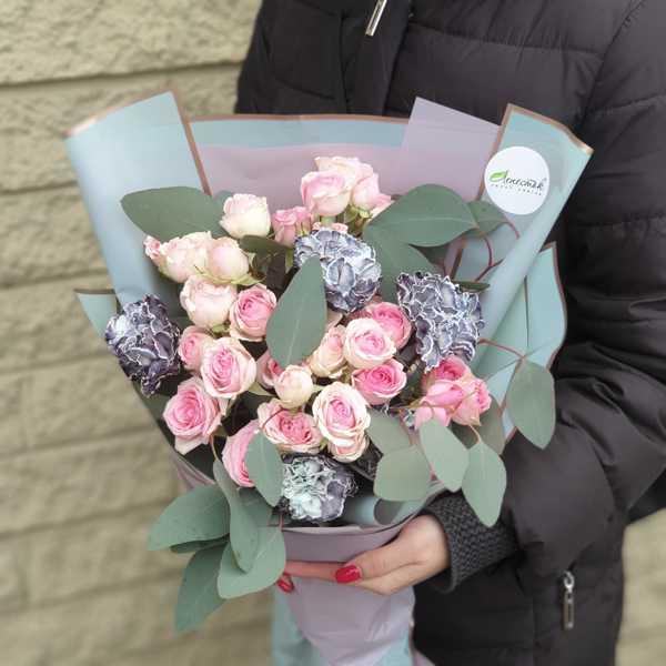 Букет из кустовой розы Динара и сортовой гвоздики