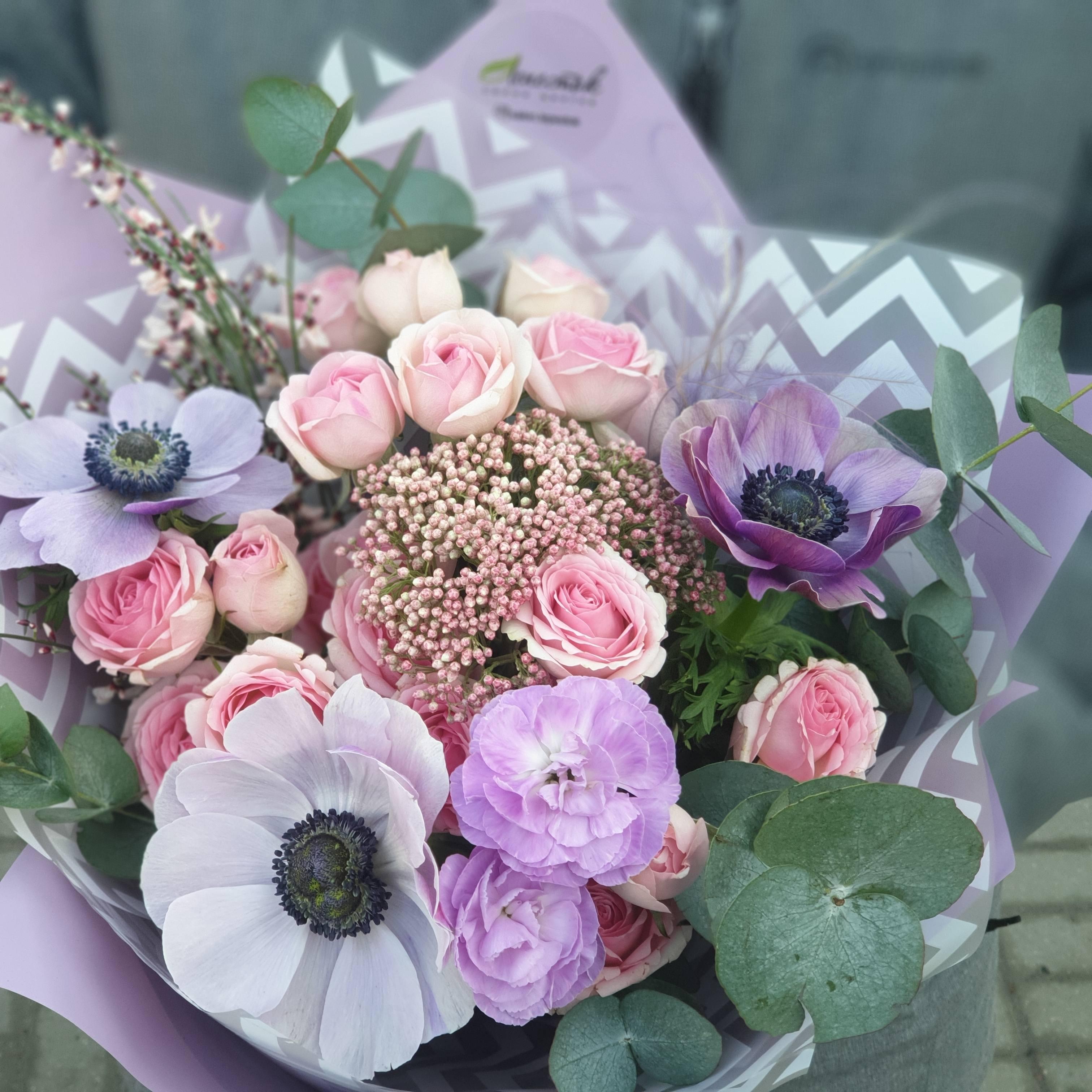 Букетик из анемонов,кустовой розы Динара
