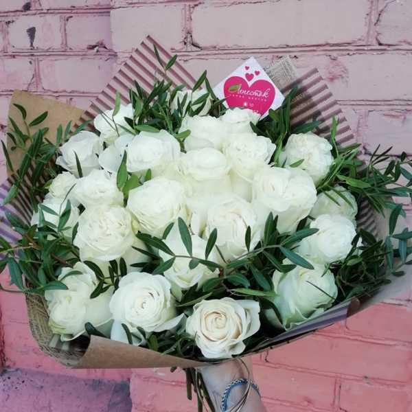 23 белые розы с зеленью