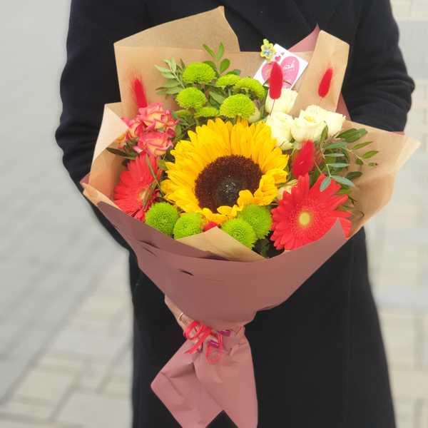 Букет из гербер, подсолнуха и кустовых роз