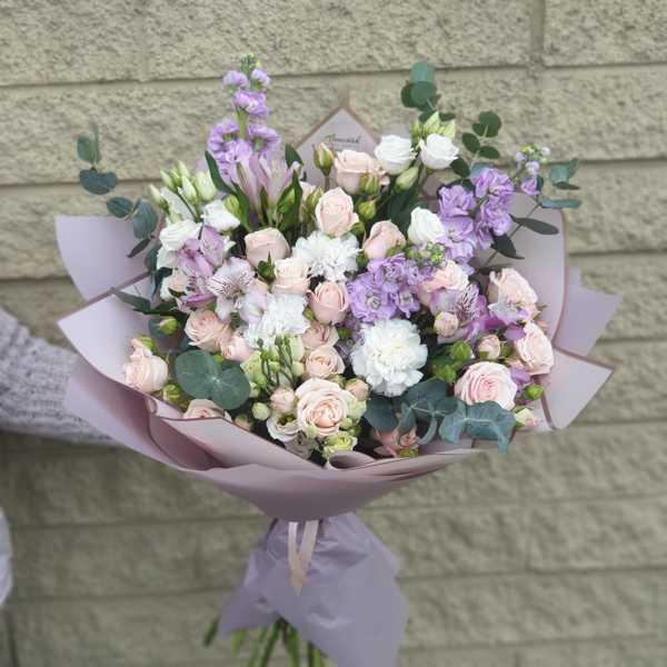 Букет из белой гвоздики, маттиолы и кустовых роз