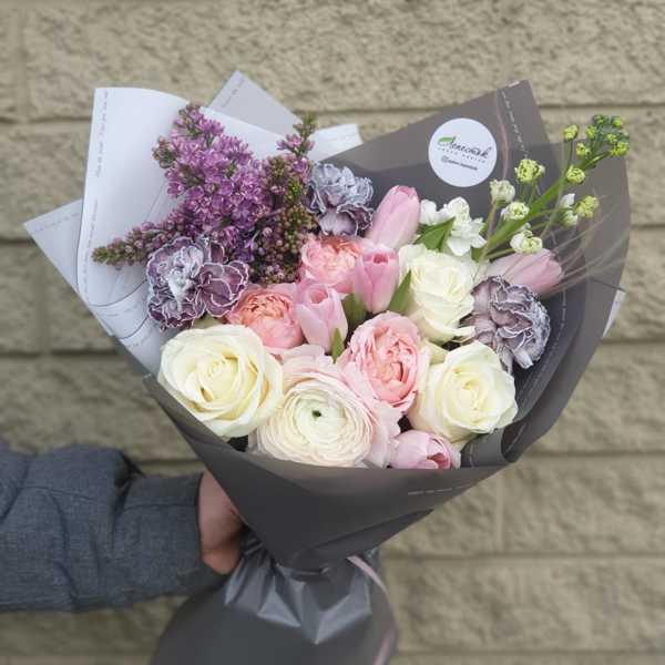 Букет из сирени,пионовидных роз и других экзотических цветов