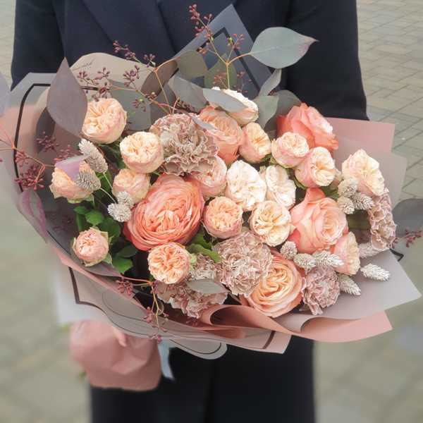 Букет из гвоздик, пионовидных и одноголовых роз
