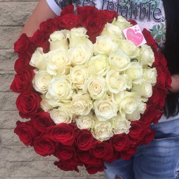 Букет из 69 импортных роз в форме сердца