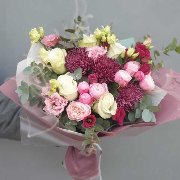 Букет из хризантем Бигуди, пионовидных роз, эустомы