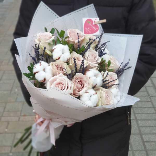 Букет из роз, хлопка и лаванды
