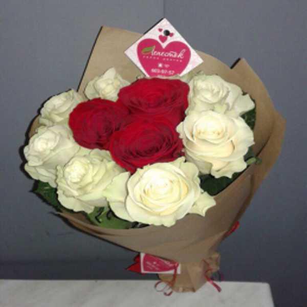 Букет из 8 белых и 3 красных роз в крафт бумаге
