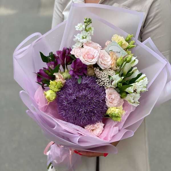 Букет из алиума, альстромерий и кустовых роз