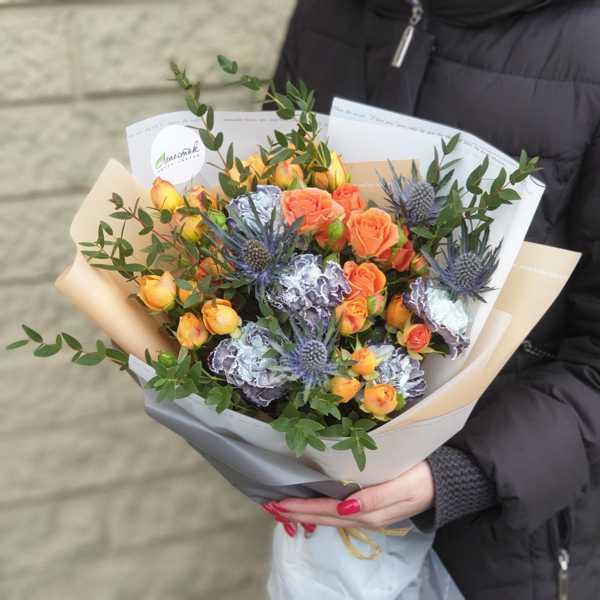 Букет из кустовой  оранжевой розы Беби и гвоздики