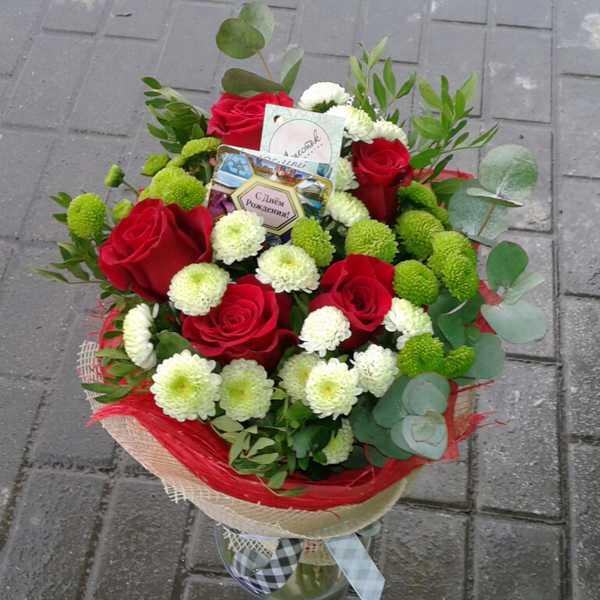 Мужской букет из роз, хризантем и зелени