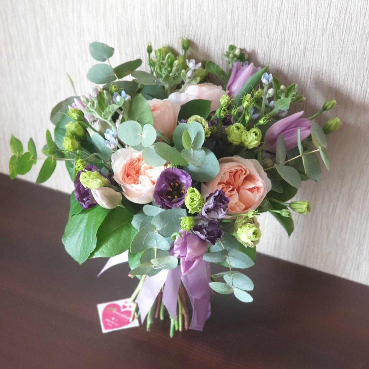 Букет из пионовидных роз, твидии и других цветов