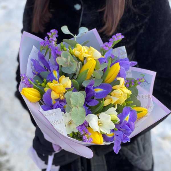 Весенний букетик из тюльпанов, ирисов и фрезии