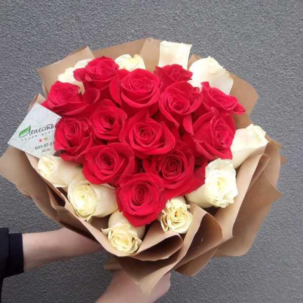23 розы в форме сердца