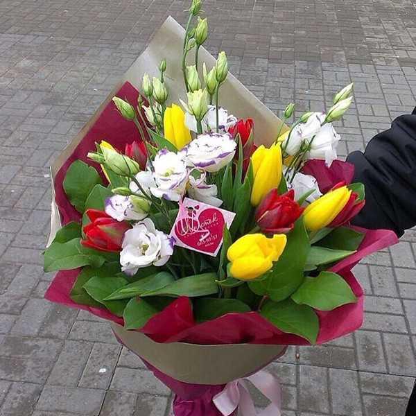 Букет из тюльпанов, эустомы и зелени
