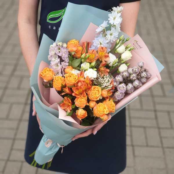 Букет из альстромерий, пионовидных роз и дельфиниума