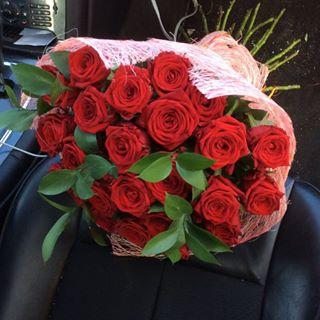 Букет из 25 роз с рускусом
