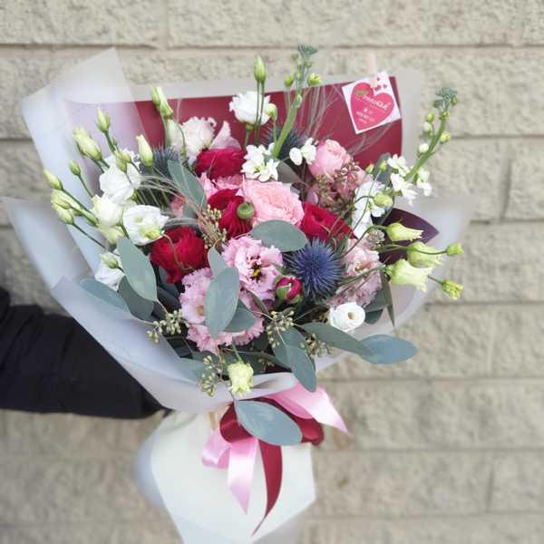 Красивый букет из пионовидных роз, ранункулюсов и маттиолы